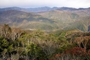 紅葉の山並み 鶏冠山からの眺望の写真素材 [FYI03126682]