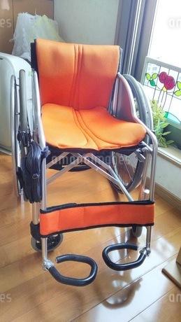 室内で窓辺の車椅子の写真素材 [FYI03126802]