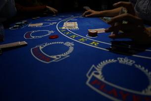 カジノのポーカーイメージ(テキサスホールデム)の写真素材 [FYI03126874]