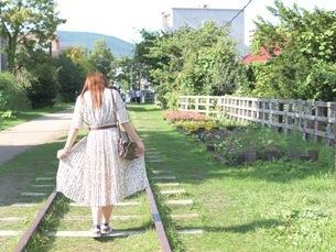 線路に立っている女子の写真素材 [FYI03126906]