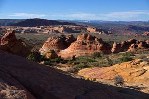 広大に広がる赤岩の林立する荒野の写真素材 [FYI03126978]