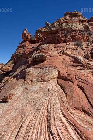 砂岩性堆積岩が隆起して青空に向かって聳え立つの写真素材 [FYI03126988]
