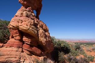 広がる荒野を見下ろすように聳える赤岩の写真素材 [FYI03126994]