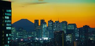 新宿と富士山の写真素材 [FYI03127000]