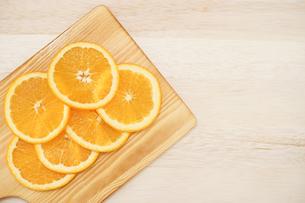 皿に置かれたオレンジのイメージの写真素材 [FYI03127007]