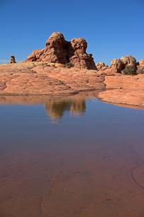 砂漠地帯に出来た大きな水溜りの写真素材 [FYI03127013]