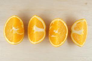 テーブルに置かれたオレンジのイメージの写真素材 [FYI03127017]