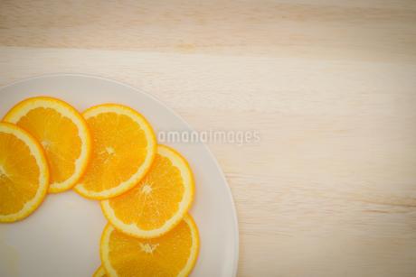 皿に置かれたオレンジのイメージの写真素材 [FYI03127022]