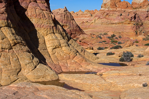 地層を見せる堆積岩の姿が広がる荒野の写真素材 [FYI03127041]