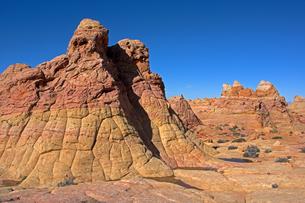 隆起した堆積岩が風化によってみられる姿が砂漠にアクセントを与えているの写真素材 [FYI03127042]