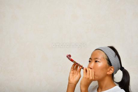 吹き戻しで遊ぶ女の子の写真素材 [FYI03127065]