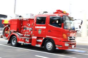 急行する消防車の写真素材 [FYI03127108]