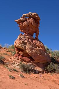 赤岩と赤い砂、風化し砂漠地帯に残る砂岩の塊の写真素材 [FYI03127125]