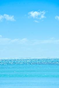 ニューカレドニア ウヴェア島の青い海とキラキラ光る水平線と白い雲の写真素材 [FYI03127260]