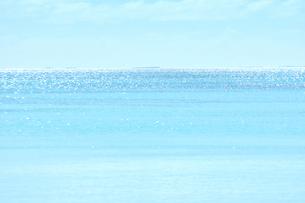 ニューカレドニア ウヴェア島の青い海とキラキラ光る水平線と白い雲の写真素材 [FYI03127261]