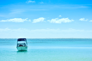 ニューカレドニア ウヴェア島の青い海とボートと雲の写真素材 [FYI03127263]