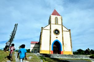 ニューカレドニア ムリ島のムリ教会と子供たちの写真素材 [FYI03127279]