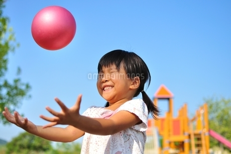 公園でボール遊びをする女の子の写真素材 [FYI03127287]