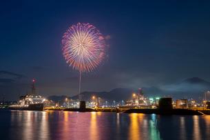 アレイからすこじまから眺める呉海上花火大会の写真素材 [FYI03127392]