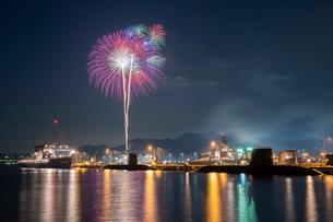 アレイからすこじまから眺める呉海上花火大会の写真素材 [FYI03127393]