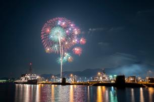 アレイからすこじまから眺める呉海上花火大会の写真素材 [FYI03127394]