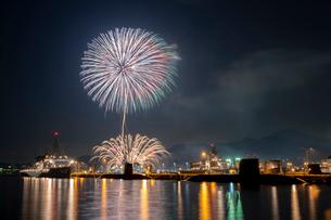 アレイからすこじまから眺める呉海上花火大会の写真素材 [FYI03127395]