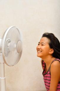 扇風機で涼む女の子の写真素材 [FYI03127439]