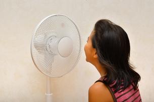 扇風機で涼む女の子の写真素材 [FYI03127443]
