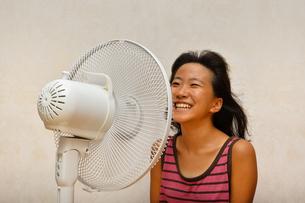 扇風機で涼む女の子の写真素材 [FYI03127448]