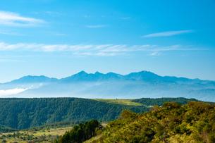 鷲ヶ峰より霧ヶ峰高原/南アルプスの山並みを望むの写真素材 [FYI03127551]