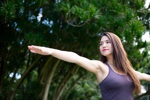 公園でヨガポーズをしている女性の写真素材 [FYI03127559]