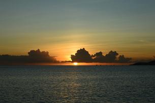 オレンジ色の夕日が水平線に落ちる海の写真素材 [FYI03127581]
