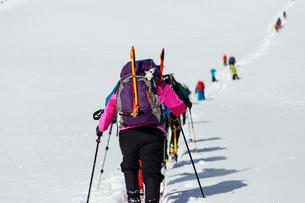 冬山を登る登山者たちの写真素材 [FYI03127705]