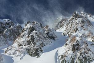 雪煙舞う山の稜線の写真素材 [FYI03127706]