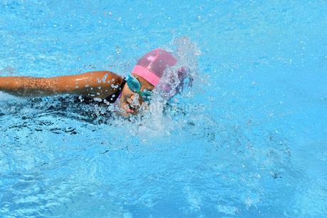 プールで泳ぐ女の子(クロール)の写真素材 [FYI03127740]