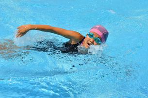 プールで泳ぐ女の子(クロール)の写真素材 [FYI03127748]