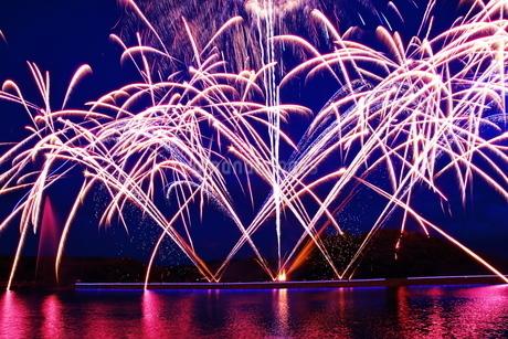 湖上の花火の写真素材 [FYI03127789]