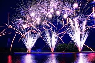 那須高原湖上の花火の写真素材 [FYI03127791]