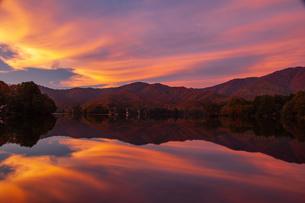 夕焼けに染まる曽原湖と山並みの写真素材 [FYI03127812]