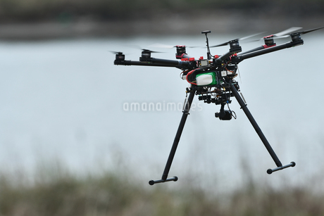 飛行中の産業用ドローンの写真素材 [FYI03127831]
