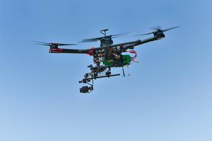 飛行中の産業用ドローンの写真素材 [FYI03127832]