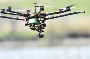 飛行中の産業用ドローンの写真素材 [FYI03127833]
