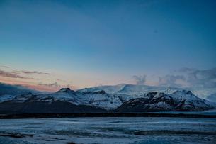 アイスランドの雪山と夕暮れ(ヴァトナヨークトル氷河)の写真素材 [FYI03127843]