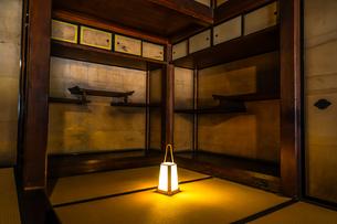 日本家屋と照明の写真素材 [FYI03127848]