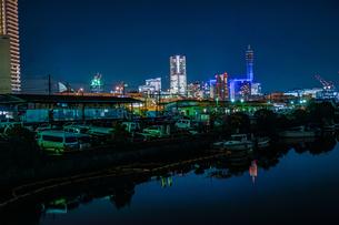横浜港の船舶と横浜みなとみらいの夜景の写真素材 [FYI03127860]