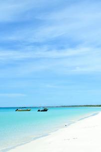ニューカレドニア ウヴェア島の青い海に浮かぶボートと青い空と島の写真素材 [FYI03127872]