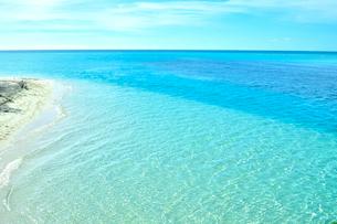 ニューカレドニア ウヴェア島の透き通った青い海と水平線の写真素材 [FYI03127878]