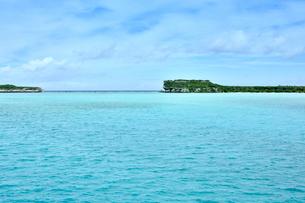 ニューカレドニア ウヴェア島の澄み切った青い海に見える島と水平線と空の写真素材 [FYI03127886]