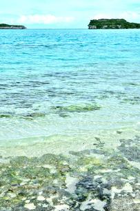 ニューカレドニア ウヴェア島の澄み切った青い海と岩礁と島の写真素材 [FYI03127898]