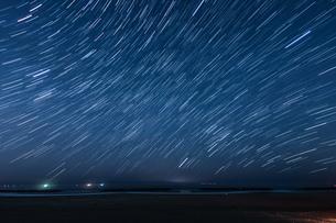 50分間の星の軌跡(仙台荒浜海岸)の写真素材 [FYI03127916]